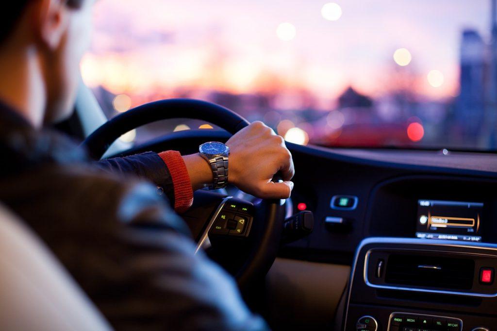 אדם נוהג ברכב יוקרה