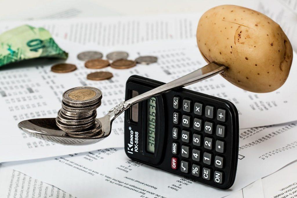 מאזנים של כסף ותפוח אדמה