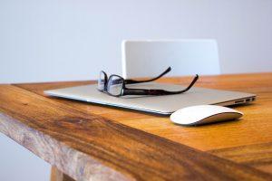 מחשב ומשקפיים על שולחן
