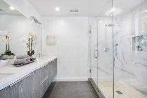 חדר מקלחת - ארון הזזה