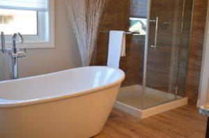 חדר מקלחת עם אמבטיה
