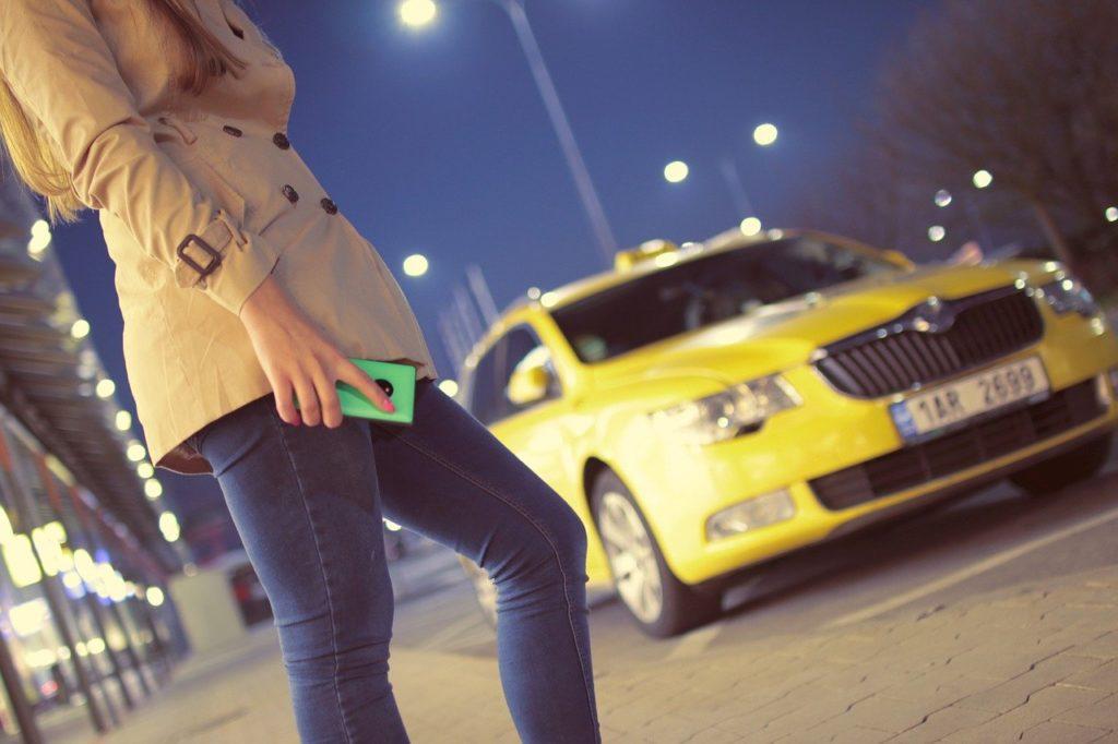אישה מחכה למונית