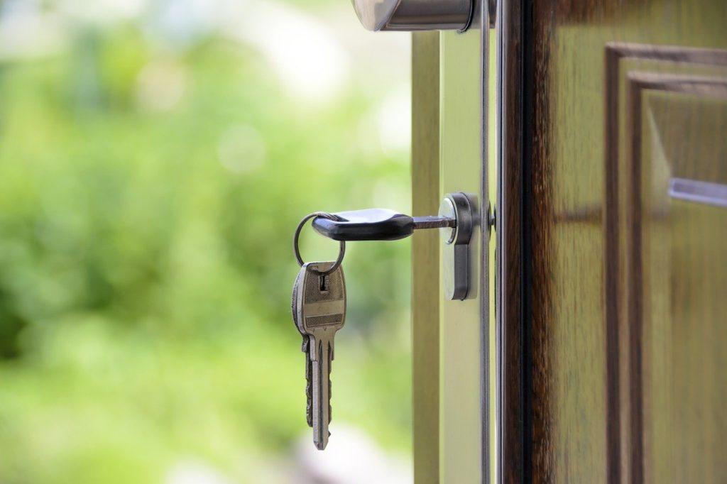 """מפתחות על דלת כניסה - נדל""""ן"""